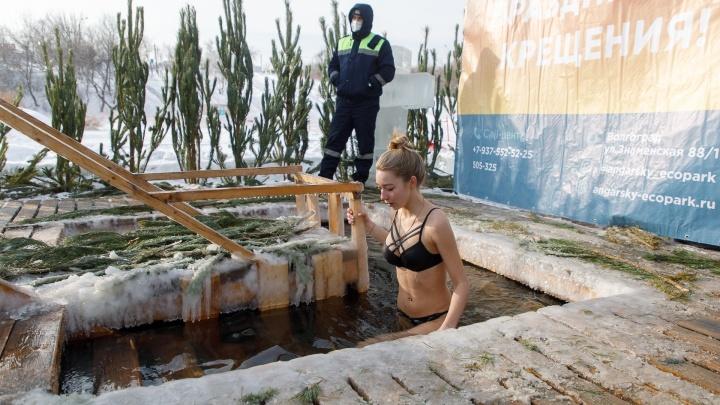 «И не дождется этот коронавирус никогда»: смотрим фоторепортаж из крещенских купелей Волгограда