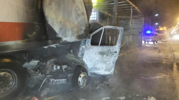 «Водитель сгорел заживо». На трассе под Екатеринбургом «газель» врезалась в фуру «Магнита» и загорелась