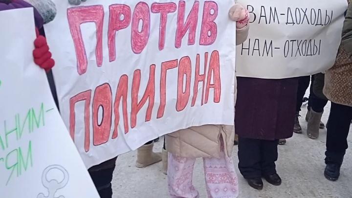 «Мы хотели, чтобы нас услышали»: в СНТ тюменцы устроили пикет, требуя убрать снежный полигон