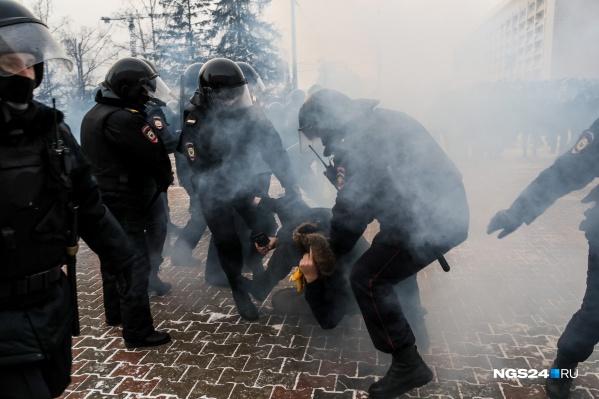 Самые жесткие столкновения начались у здания мэрии