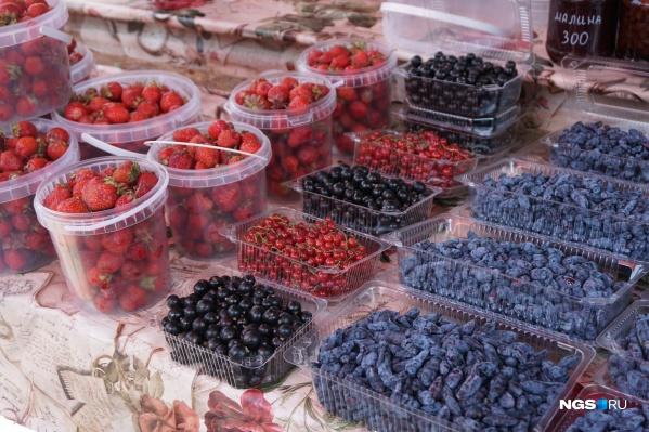 Уличный рынок ягод в Новосибирске радует разнообразием