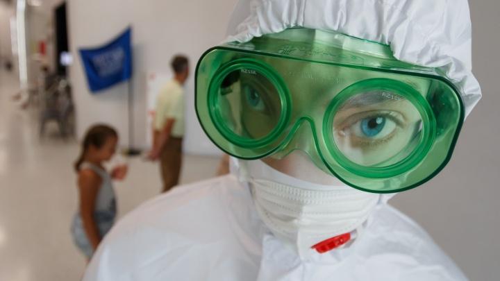 «Где ваша пара? Непарных не пустим»: смотрим, как проходит вакцинирование в торговых центрах Волгограда