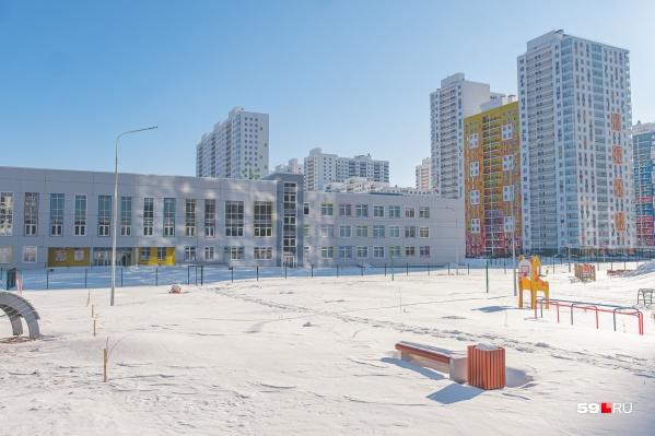 Сейчас территория вокруг школы занесена снегом, пройти можно только по узенькой тропинке