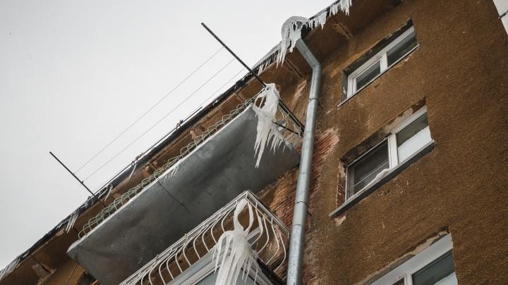 Только в одном районе идеально очищают снег с крыш: власти Кузбасса прокомментировали работу УК