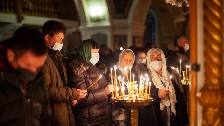 Рождество в медицинских масках: ночной фоторепортаж из Знаменского собора Тюмени