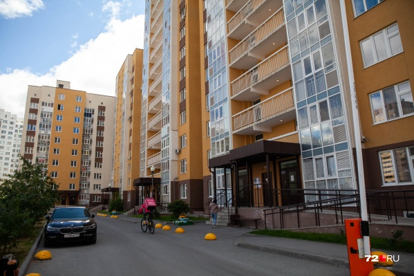В этом дворе 13 июля жители наблюдали за тем, как девушка стояла в окне многоэтажки