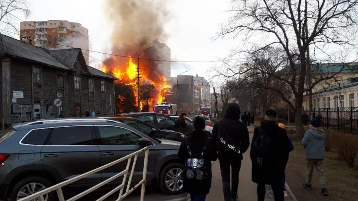 Прямой эфир 29.RU: в Архангельске горит памятник архитектуры — дом Брагина