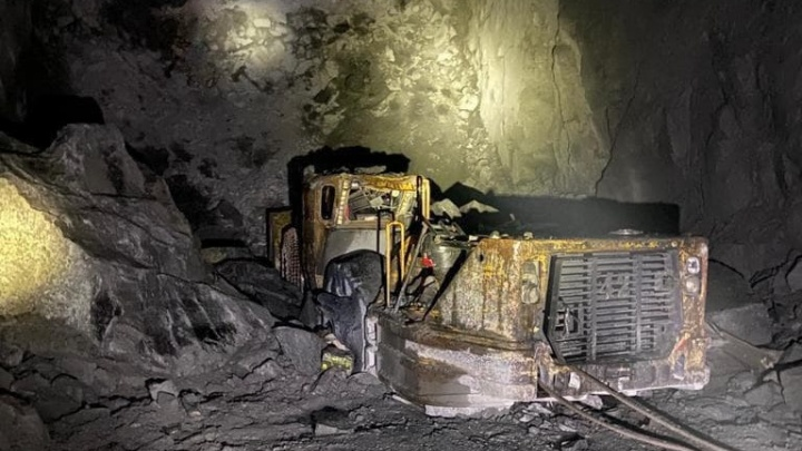 На руднике в Норильске завалило пожилого рабочего — на погрузчик упал кусок горной породы