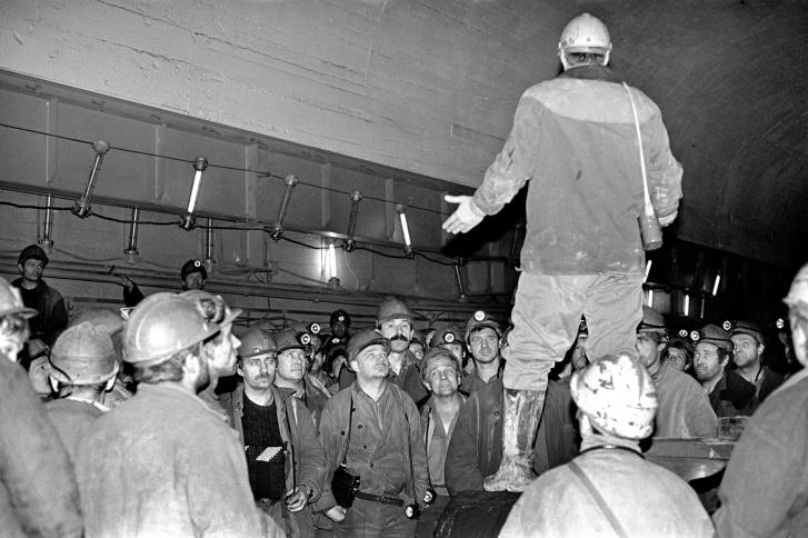 """Одна из стихийных забастовок на руднике «Комсомольский» <nobr class=""""_"""">в 1996 году</nobr>"""