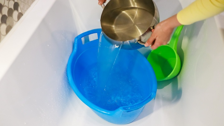 Жителям Красноярска стали досрочно возвращать горячую воду. Какие районы получат ее первыми