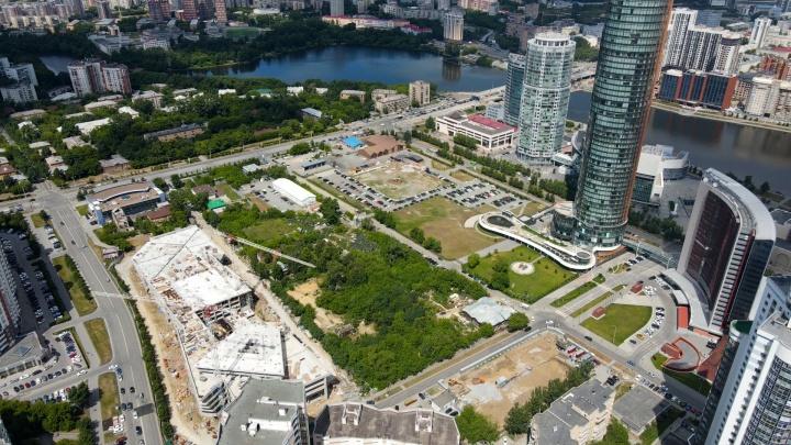 УГМК разморозила мегапроект: летаем над участком в центре Екатеринбурга, который застроят небоскребами