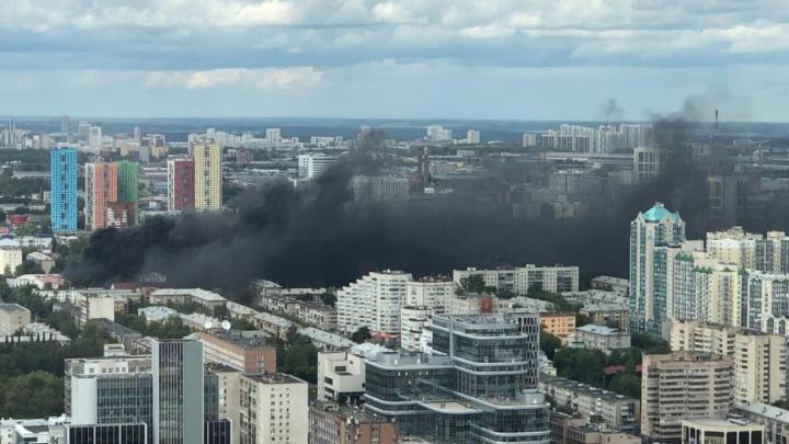 По улицам Екатеринбурга стелется черный едкий дым. В МЧС рассказали, что горит