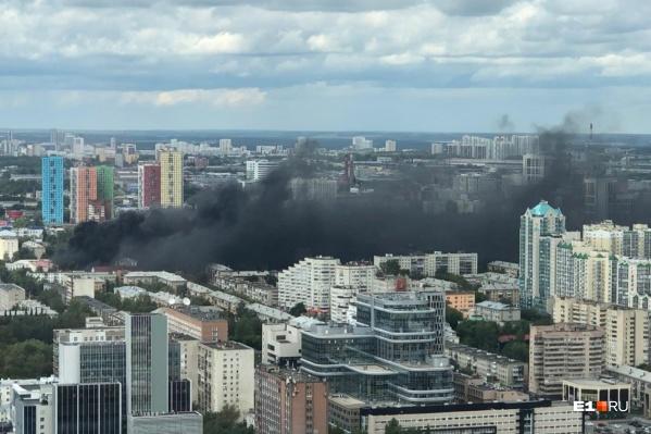 Дымом затянуло улицы Екатеринбурга