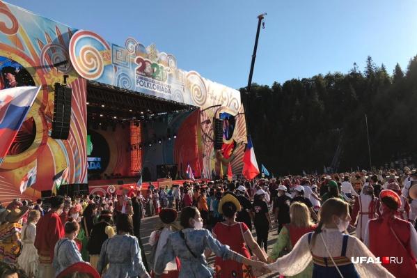 По заявлению организаторов, в хороводе собрали более 2700 человек