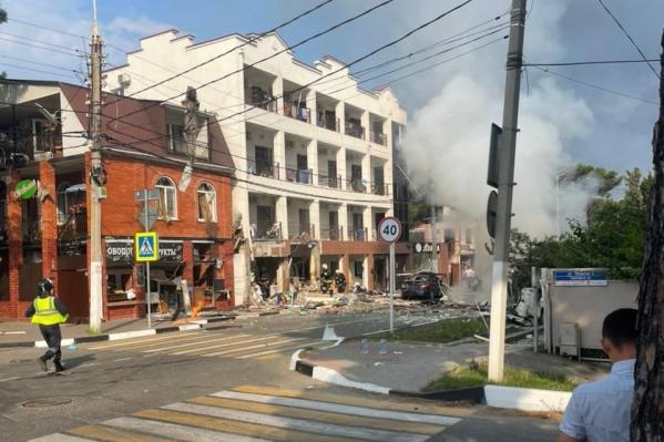 Спасатели устраняют последствия взрыва