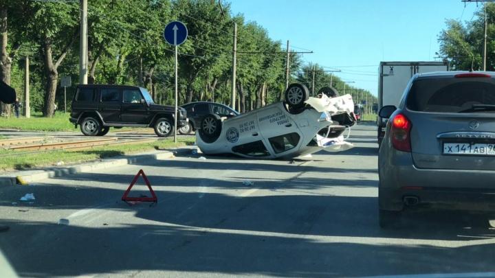 На проспекте Космонавтов перевернулся Renault с охраной