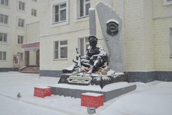 Школа находится в Металлургическом районе Челябинска