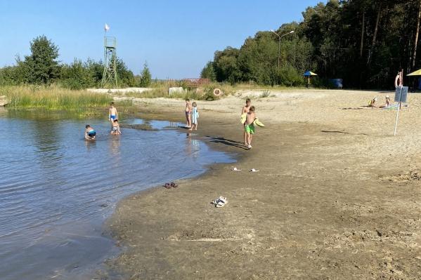 Вода в озере уходит, это видно по береговой линии