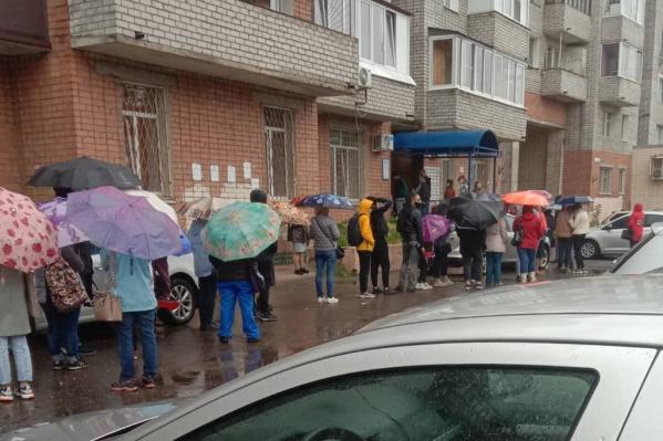 Люди стояли в очереди по часу