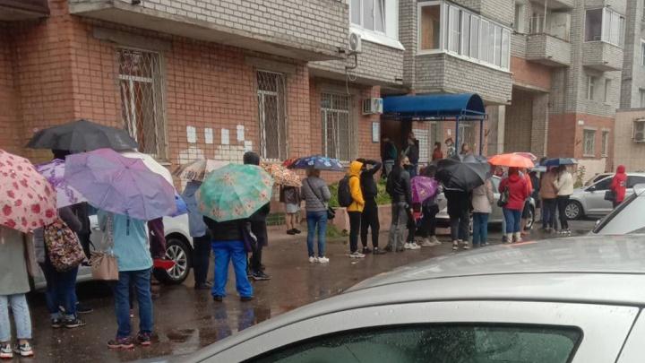 «Любят создавать себе проблемы»: в Ярославле под дождем выстроились очереди за проездными