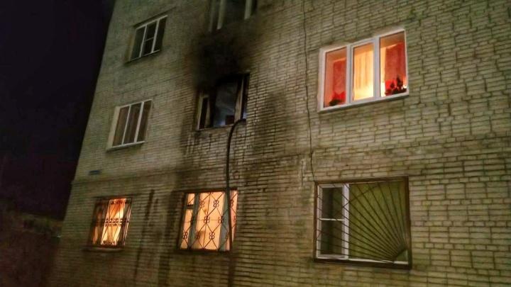 В Кургане из-за пожара в жилом доме эвакуировали 50 человек, в том числе 4детей