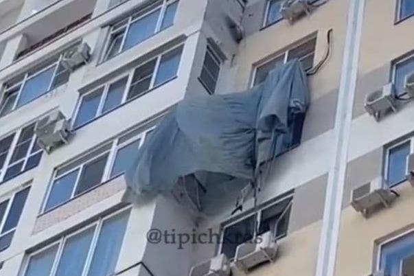 В Краснодаре парашютист десантировался на окно многоэтажки