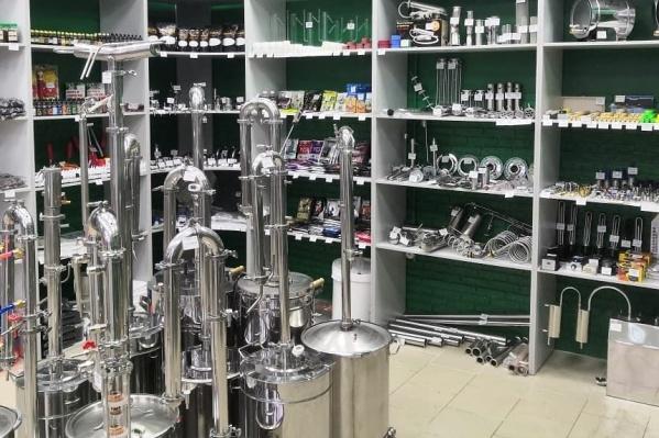 Помимо дистилляторов и пивоварен, тут большое количество грилей и мангалов