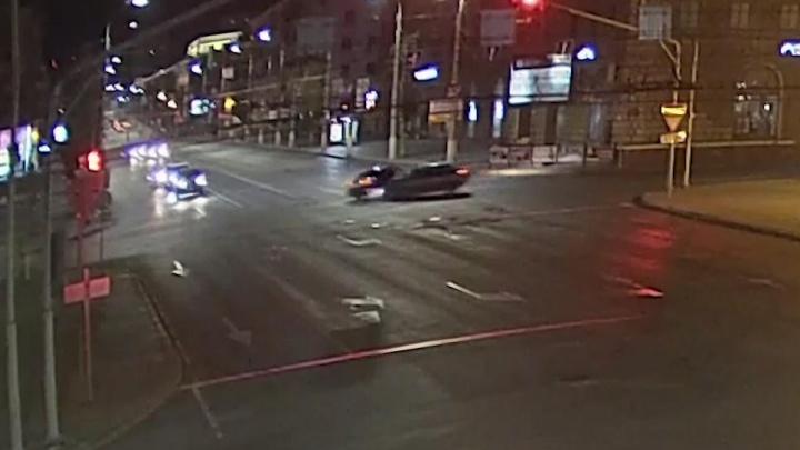 В центре Волгограда водитель «Гранты» проехал на красный и отправил в больницу двух своих пассажирок