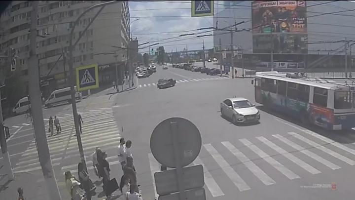 В последний момент передумал: ДТП в центре Волгограда попало на видео