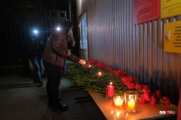 У входа в кампус ПГНИУ организовали временный мемориал в память о погибших