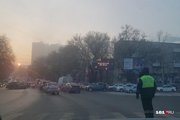 Сотрудники ДПС регулируют движение на улице Шеболдаева