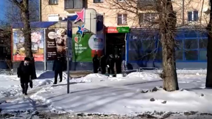 К зданию в Северодвинске, где взяли в заложники сотрудника микрозаймов, прибыл спецназ