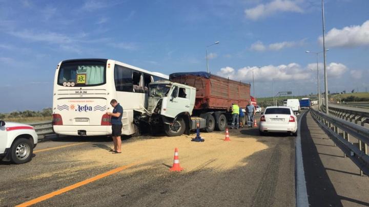 Под Анапой грузовик врезался в рейсовый автобус, пострадали пять человек