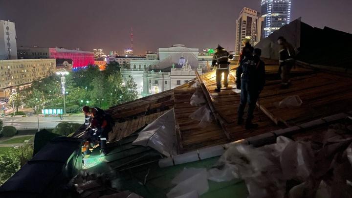 19 деревьев, 5 крыш, двое пострадавших: в МЧС посчитали разрушения от урагана в Екатеринбурге