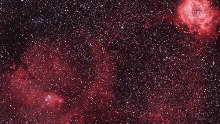 Фотограф из Новосибирска сделал снимок ярких туманностей в небе над Алтаем