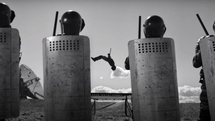 Похороны телевизора и прыжки омоновцев на батуте: группа «ДДТ» выпустила новый клип