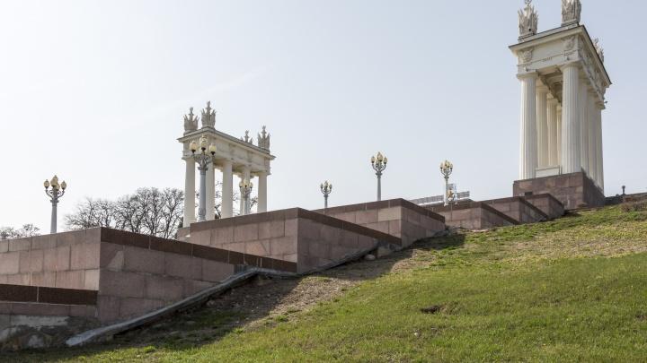 В Волгограде после недавней реконструкции начала разрушается главная лестница набережной