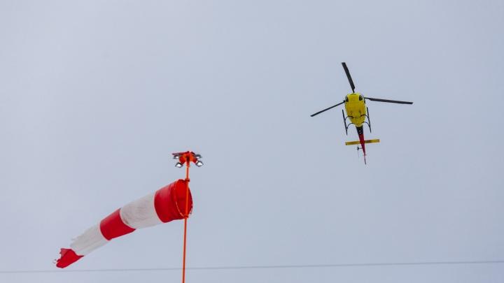 Вертолет из Тюмени совершил вынужденную посадку в Омской области