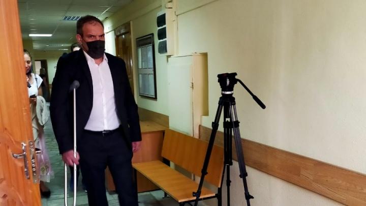 Пришел с костылем: в Екатеринбурге начали судить бизнесмена, который погубил в аварии двух женщин