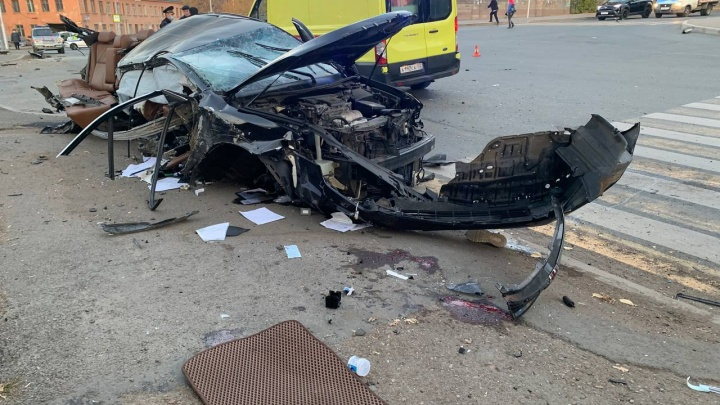 В Уфе автомобиль врезался в электроопору