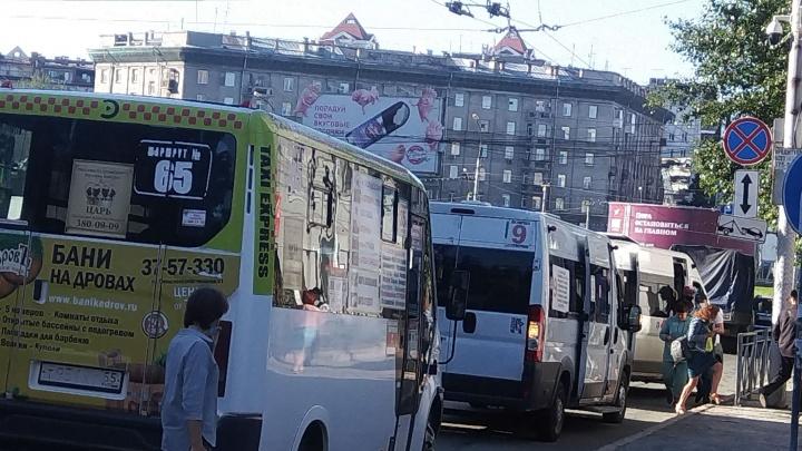 Что творят маршрутчики на площади Калинина и Речном. И наглость хозяев крутых «Лексусов» ЕЕЕ и ТТТ