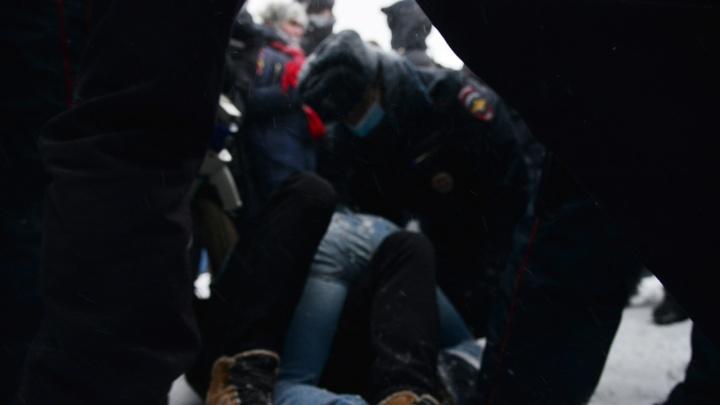 На несогласованной акции протеста в Архангельске попытались задержать людей