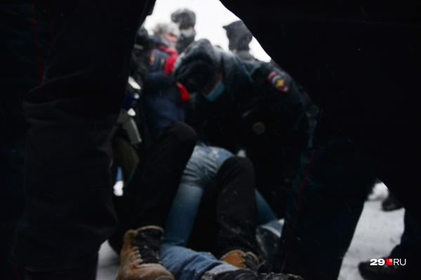 """В Архангельске толпа защищала протестующих от полицейских. Посмотрите, <a href=""""https://29.ru/text/gorod/2021/01/23/69720221/"""" target=""""_blank"""" class=""""_"""">как это было</a>"""