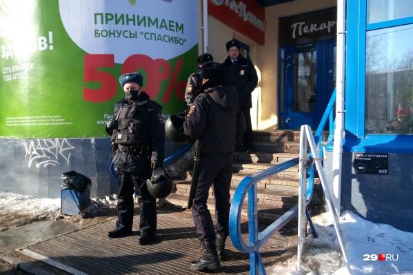 Полицейские караулят офис микрозаймов