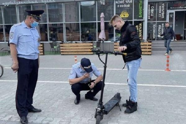 Инспекторы ГИБДД проводят рейды по самокатам в Перми