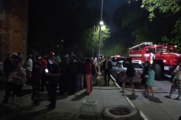 До прибытия пожарных большинство жильцов вышли на улицу самостоятельно