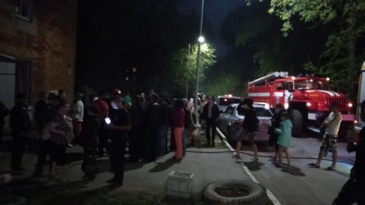 Сотрудники МЧС спасли заблокированных жителей: в Екатеринбурге на верхнем этаже общежития сгорела квартира