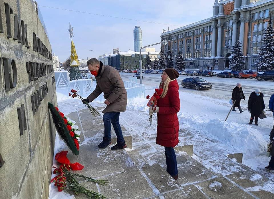 В годовщину смерти Ленина к памятнику «вождя народов» коммунисты возложили цветы