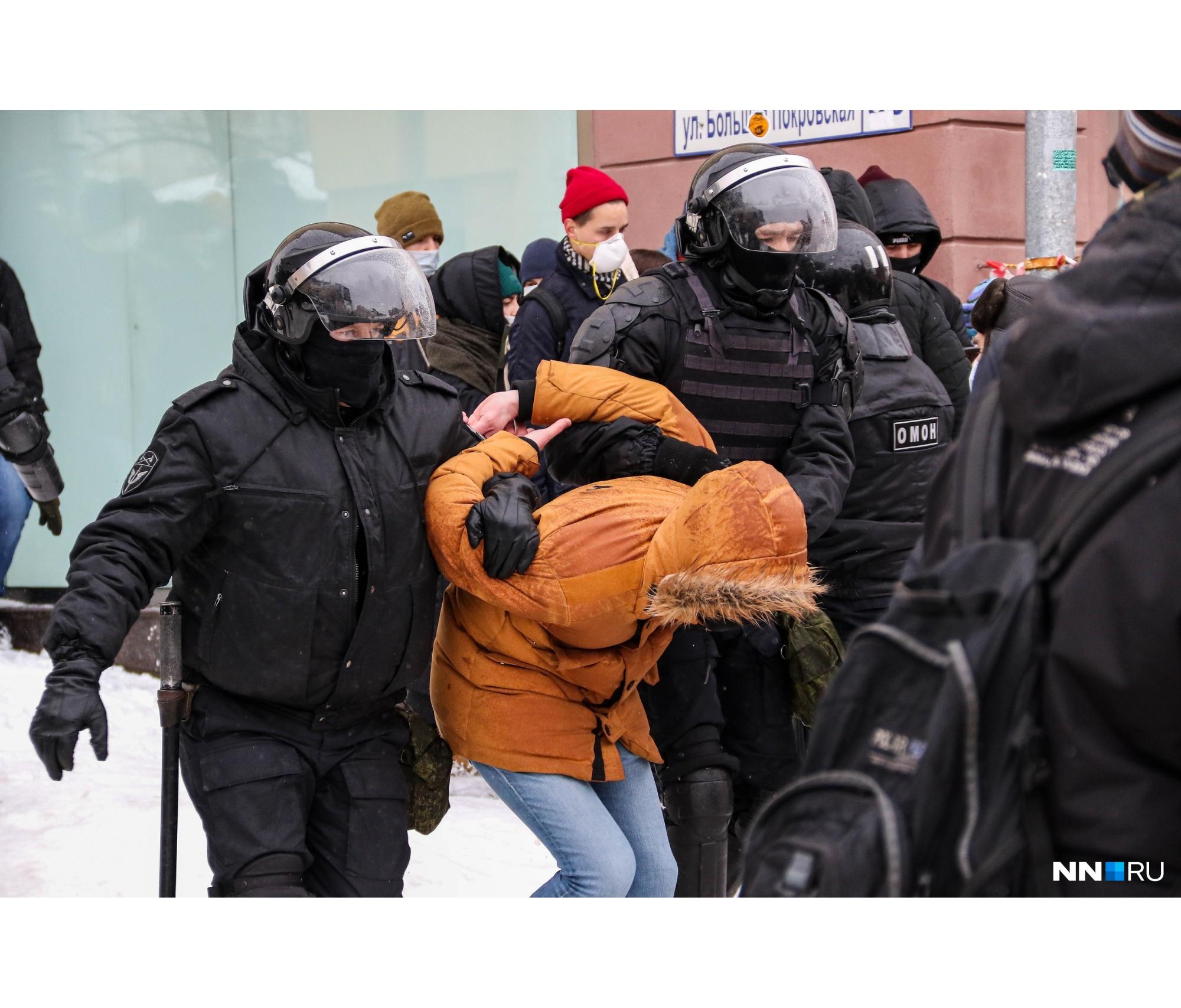 Одних митинговавших полицейские и ОМОН уводили спокойно, к другим же сразу применяли силу