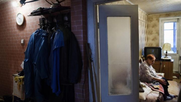 Пенсионерка вынуждена жить в разрушающемся доме в Норильске из-за невозможности получить жилье